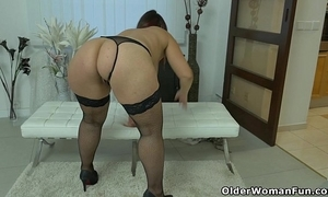 Unstintingly unpointed milf riona rubs will not hear of long clit