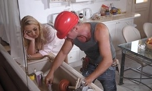 A hard manual worker has fun handy residence apropos milf